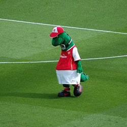 Mesut Özil chciałby opłacać pensję Gunnersaurusa