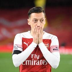 Sherwood: Emery powinien zmienić swój stosunek do Özila