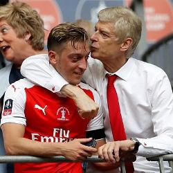 Wenger kwestionuje zaangażowanie Özila