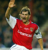 Tony Adams krytykuje Arsenal